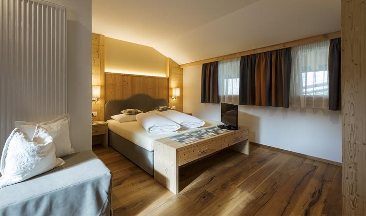 Doppelbettzimmer mit SAT-TV + Safe Ferienwohnung Piz de Plaies