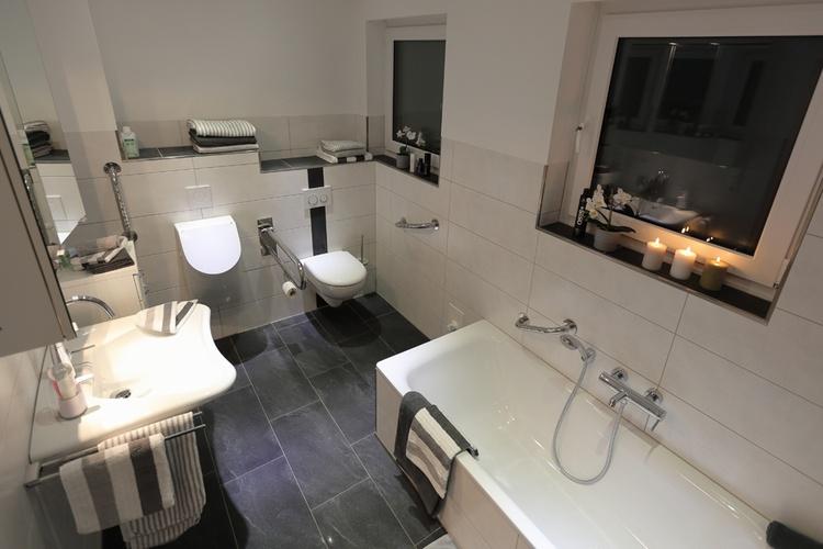 Ferienhaus Däschinger Zweiradparadies bathroom ground floor shower with bathtub barrier-free access