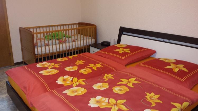 Schlafzimmer (2) mit Babybett