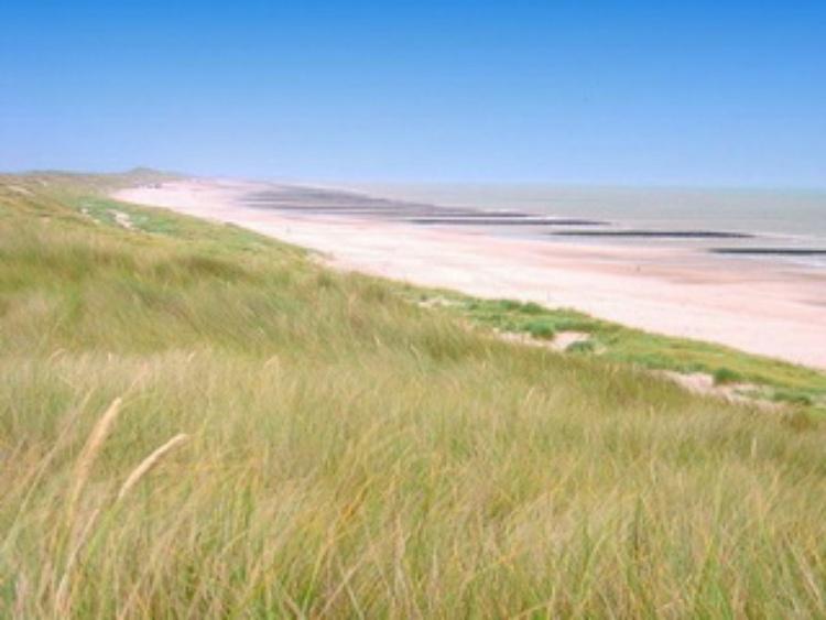 Weitläufiger Strand im Besitz der blauen Flagge