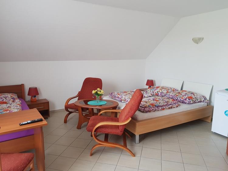 1. Stock Dreibett Zimmer 25m2 Ausstattung: 1 Doppelbett, 1 Einzelbett, Flachbildschirm Fernseher 19