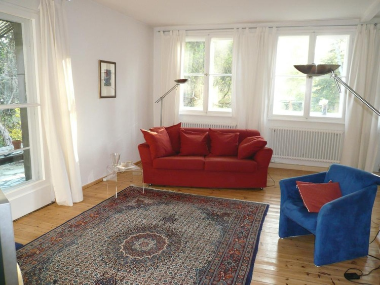 Berlin-Cottage- Blick ins Wohnzimmer mit Schlafsofa