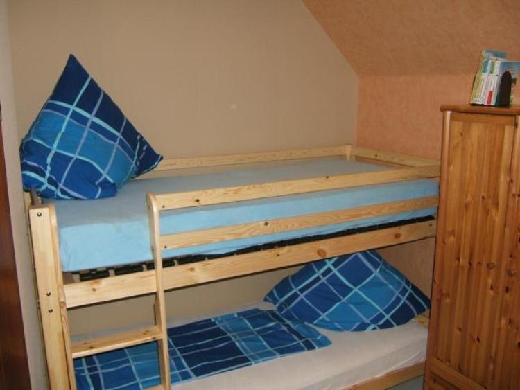 Zimmer mit Etagenbett und Schlafcouch, TV