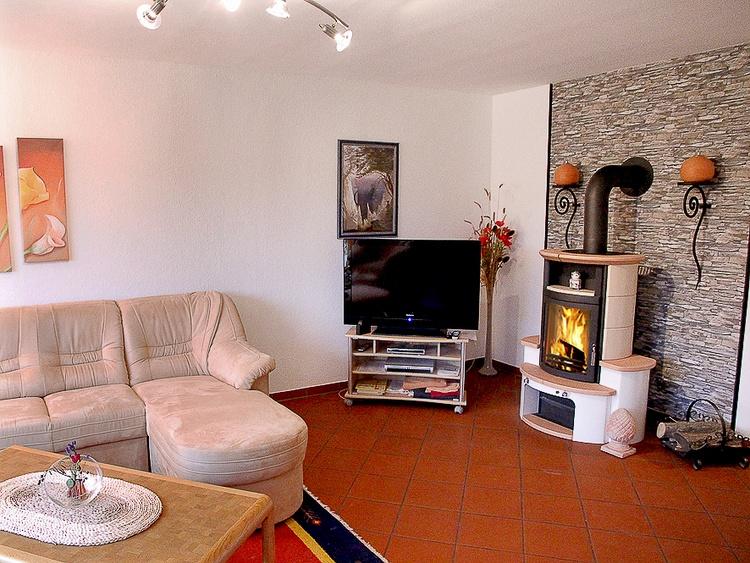 Wohnzimmer mit gemütlichem Kamin