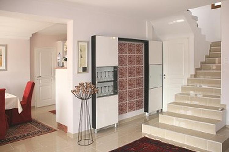 Der elegante Stiegenaufgang führt in die obere Etage zu den Schlafzimmern