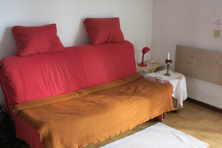 Gemütliches ausklappbares Sofa mit kleinem Tischchen