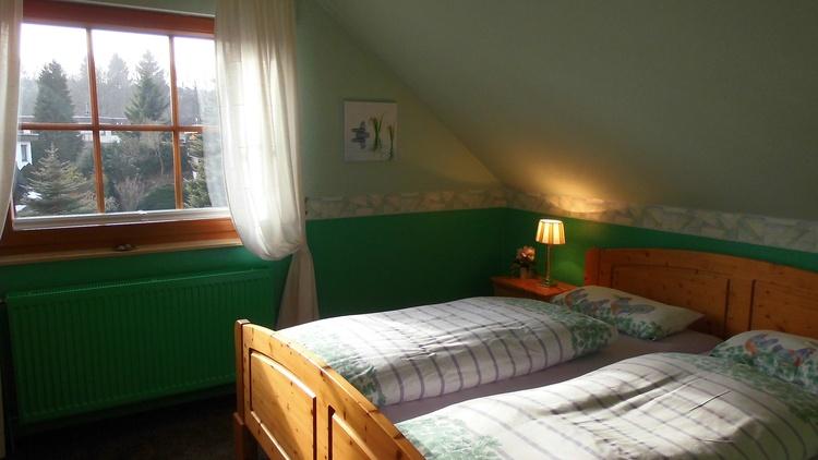 1. Schlafzimmer mit Doppelbett, Babybett und Hochstuhl, großem Kleiderschrank