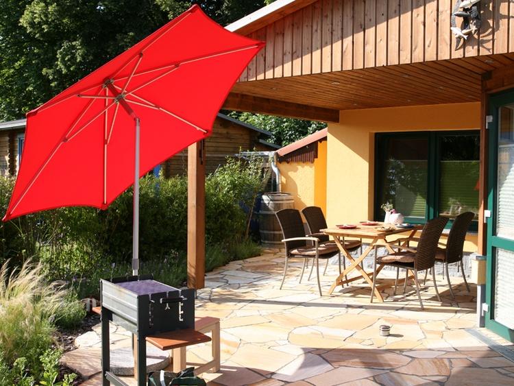 Teilüberdachte Terrasse mit Essplatz und Sonnenterrasse.