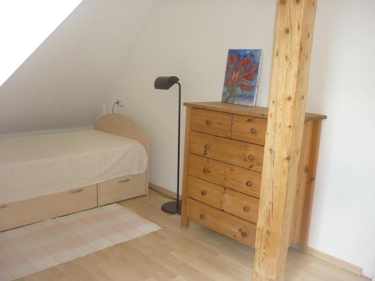 Sleeping room with single bed