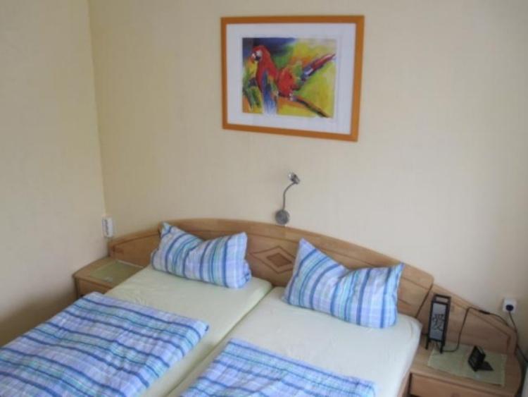 Schlafzimmer mit direktem Zugang zum Balkon