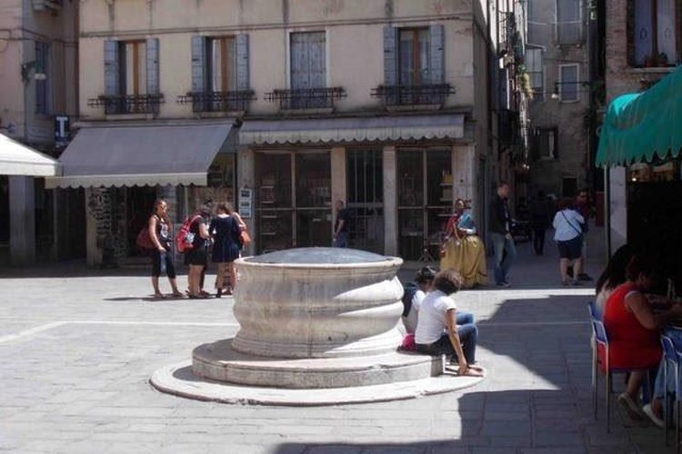 The charateristic well of Sant'Aponal
