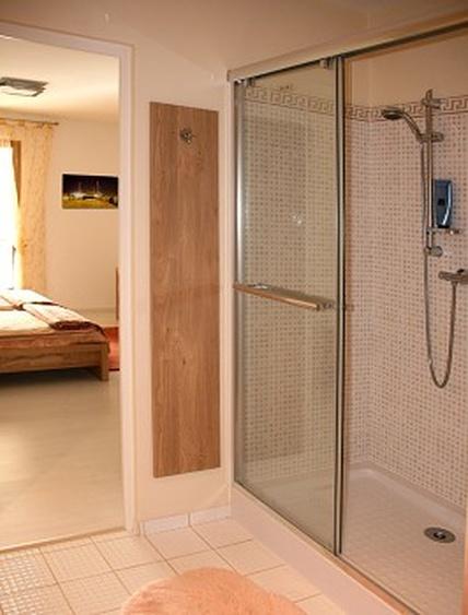 Die geräumige Dusche in Bad 4