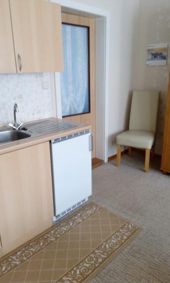 Küchenzeile mit Tür zum Schlafzimmer