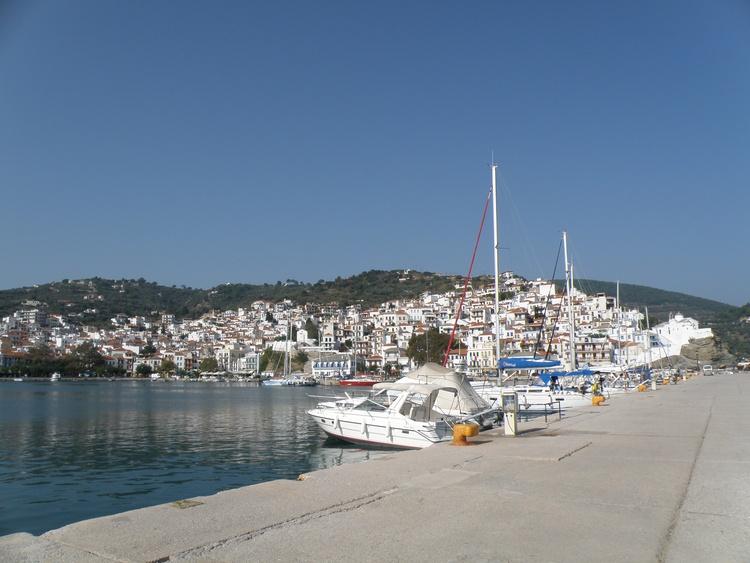 der Hafen von Skopelos mit vielen schönen Booten und Segler