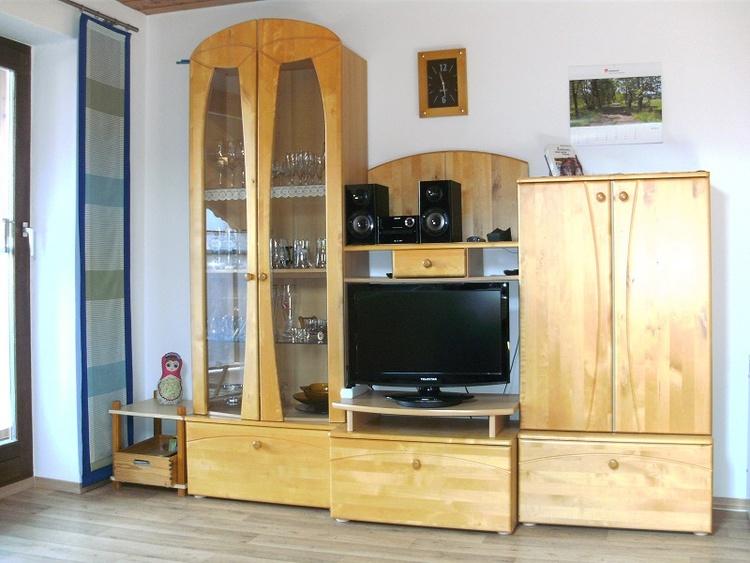 Wohnzimmerschrank mit TV u. Stereoanlage