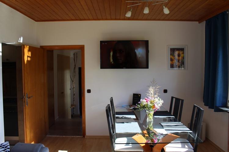 Wohn- Essbereich mit SAT-TV, Smart-TV und Bluray-Player