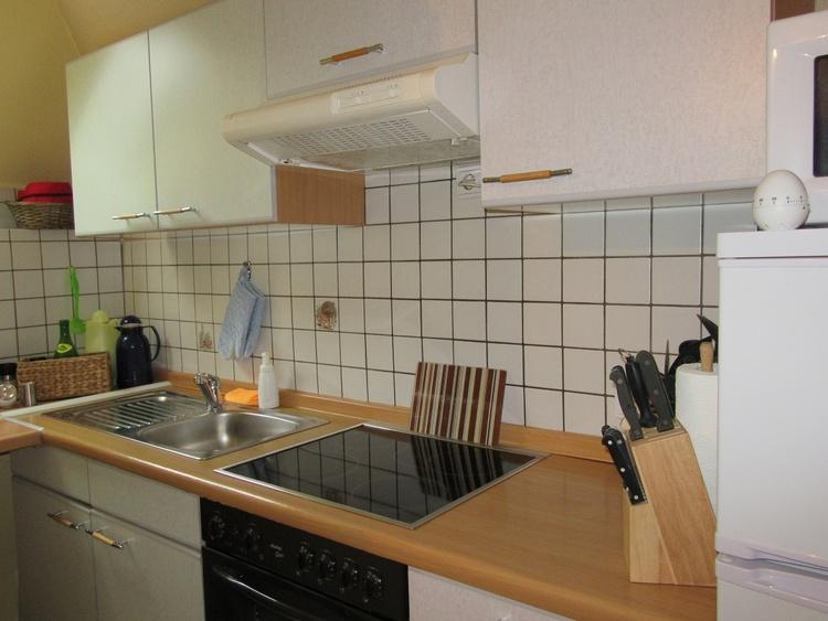 Küche komplett ausgestattet, auch mit Öl, Essig und Gewürzen