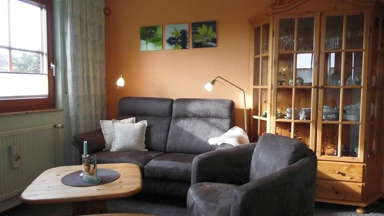 Ferienwohnung Nr.6 mit 55 m², Wohnzimmer 3er Sofa & Sessel, WLAN kostenfrei, SAT-TV+DVD, Radio.