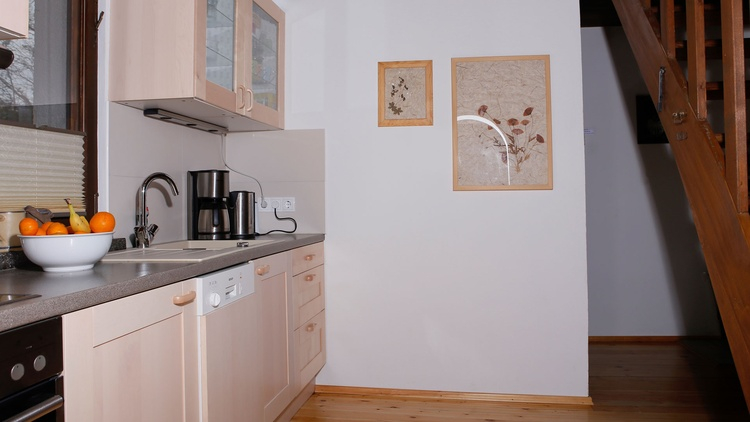 Modern ausgestattete Küche mit Ceranherd, Geschirrspüler, Toaster, Kaffeemaschine und allen benötigt