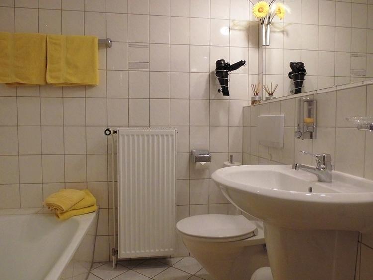 Apartment Nr.1, Bad, Waschtisch, Föhn, WC.