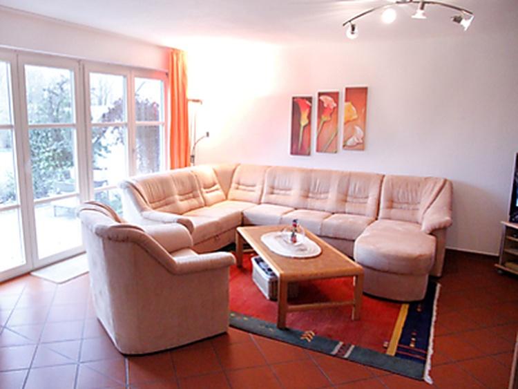 Wohnzimmer, Wohnbereich mit Blick über die Terasse in den Garten