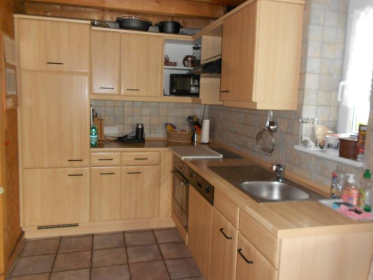Küche mit Ceranfeld und Microwelle