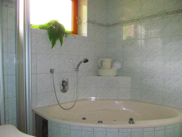 Bad mit Whirlfunktion + separate Dusche