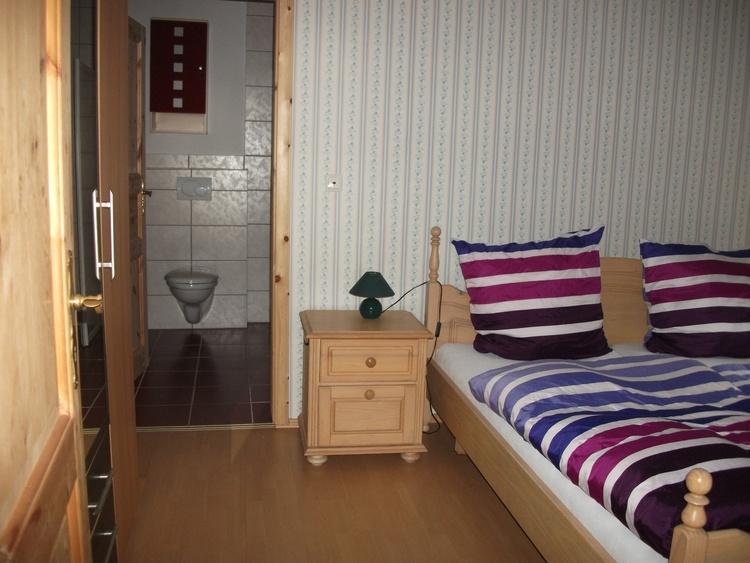 Eines der Schlafzimmer der Wohnung Weidenblick .