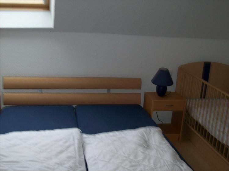 Wohnung II, Doppelbettschlafzimmer mit Kinderbett
