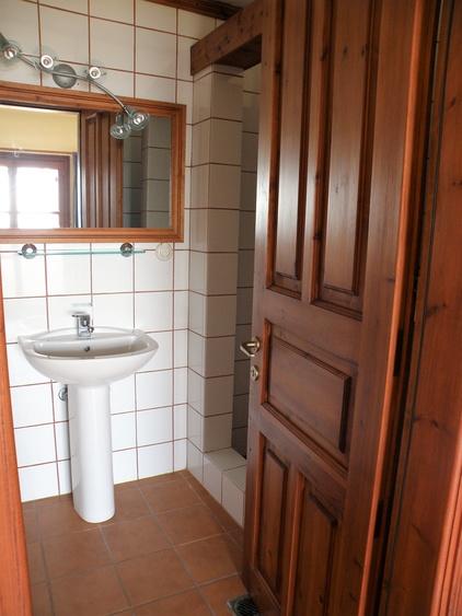 Bad vom Doppelschlafzimmer mit Einzelbetten, unten in der Mitte