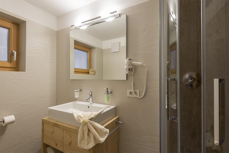 Bad mit Dusche Ferienwohnung Kronplatz