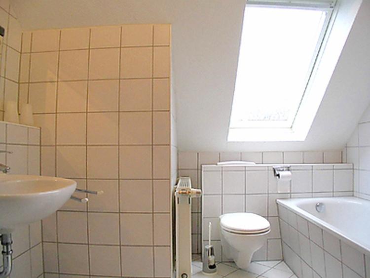 Badezimmer: Badewanne, Dusche, Handwaschbecken und WC