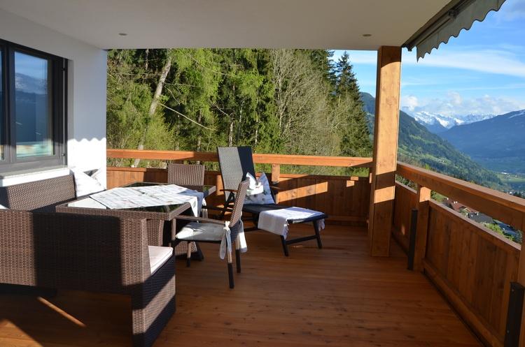 Sitzbereich am Balkon (Eckbank mit Sonnenliegen)