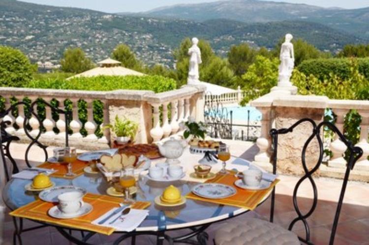 Frühstück auf der Terrasse auf den Pool und die Aussicht mit Blick auf