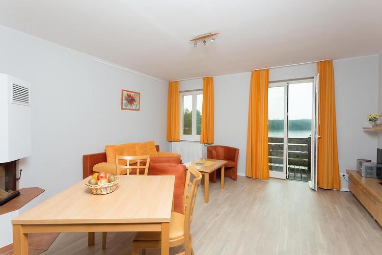 Wohnzimmer mit Seeblickbalkon