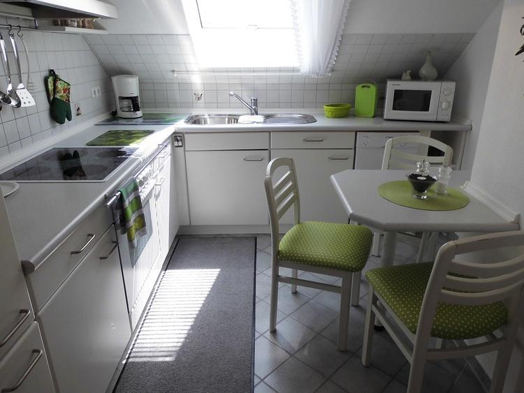 Einbau-Komfort-Küche, Backofen, Herd mit Ceranfeld, Dunstabzugshaube, Wasserkocher, Spülmaschine.