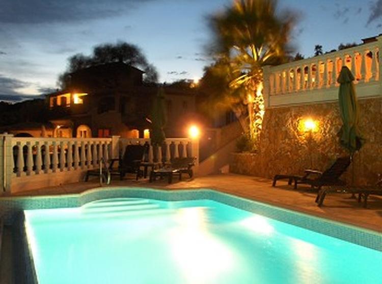 Auch bei Nacht herrscht purer Luxus im privaten Pool