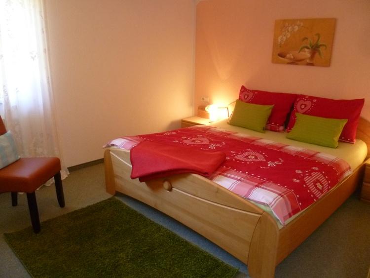 jede Wohnung hat zwei getrennte Schlazimmer, Verdunkelungsrollos, hohe neue Matratzen, Kissenwahl