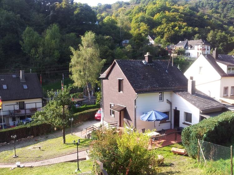 Blick von der Hütte zum Haus..