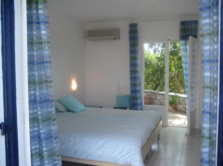 Türkises Schlafzimmer mit Terrassen Zugängen