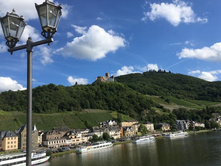 Blick von der Brücke zur Burg Landshut