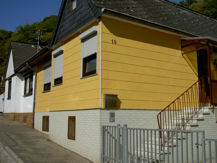 Ferienhaus (von Straße aus gesehen)