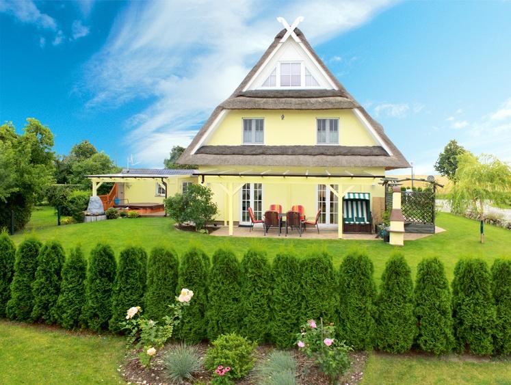 Blick in den Garten mit Terrasse und Pool
