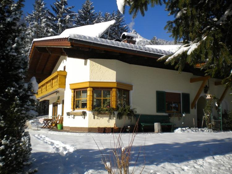unser Haus im Winter - kleiner Skilift/Loipe hinter dem Haus