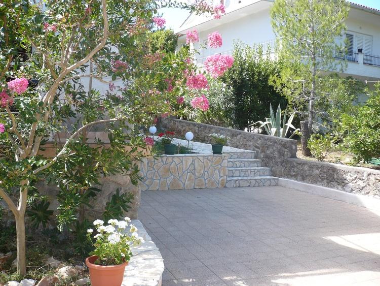 Garten und Parkplatz