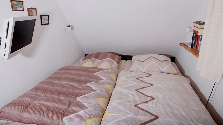 Kleiner Schlafraum mit Doppelbett 2,00m x 1,80m und TV