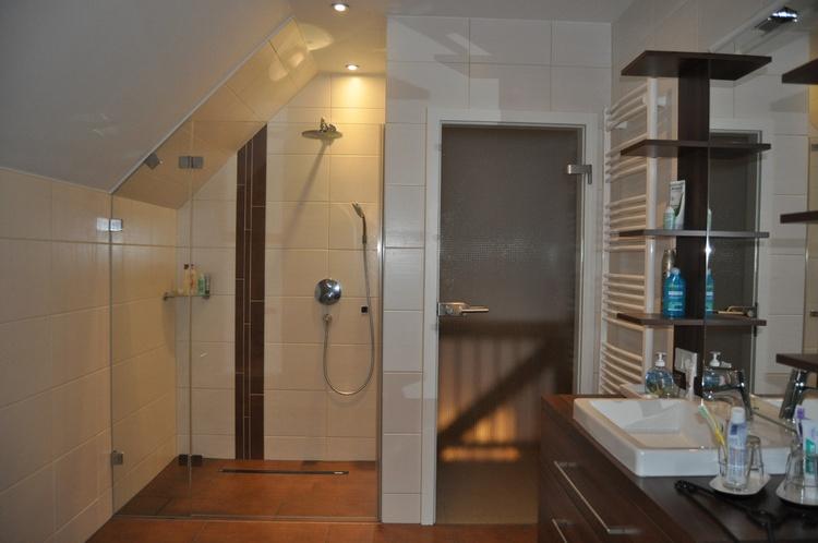 Großes Wannenbad im OG, Dusche, Waschtisch, Toilette