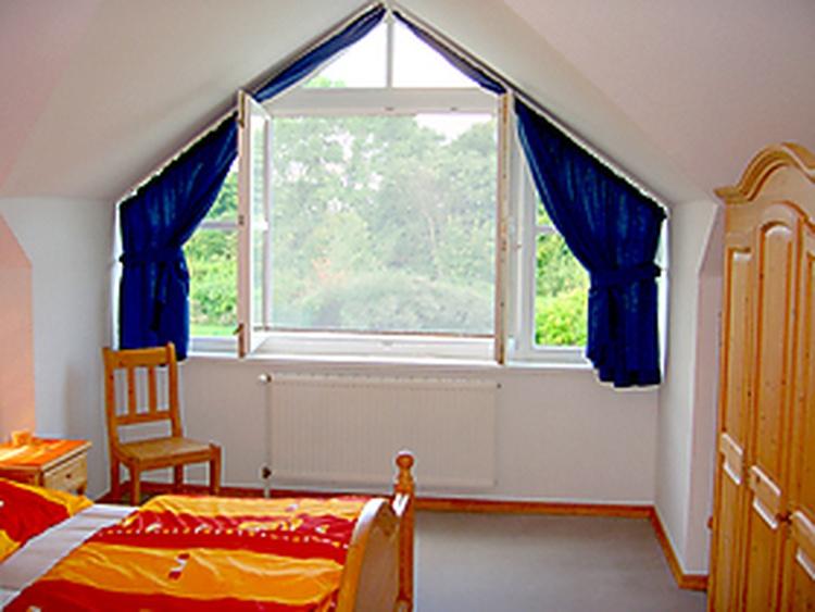 Schlafzimmer mit Blick in den Garten