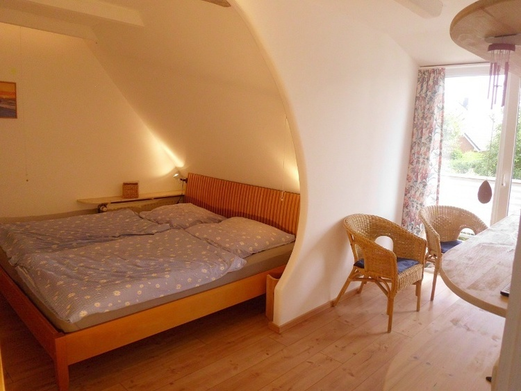 obere Wohnun, Schlafzimmer mit eigenem Zugang zum Balkon