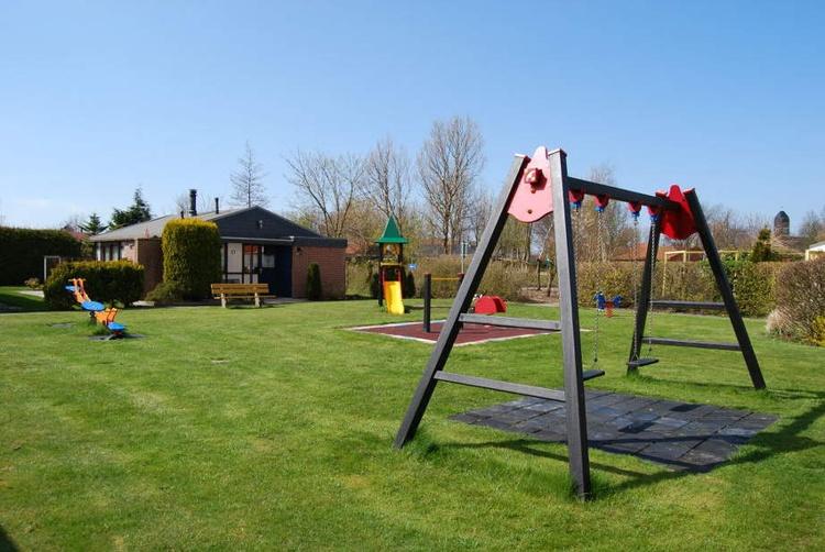 Für die ganz kleinen Besucher haben wir einen Kinderspielplatz mit Rutsche, Wippe und Schaukel ...